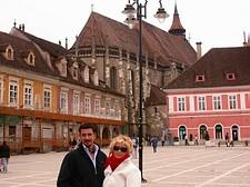 Romantici nella Piazza del Consiglio a Brasov