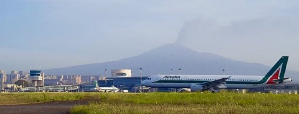 Etna in eruzione due colate e cenere vulcanica chiuso l for Cenere vulcanica