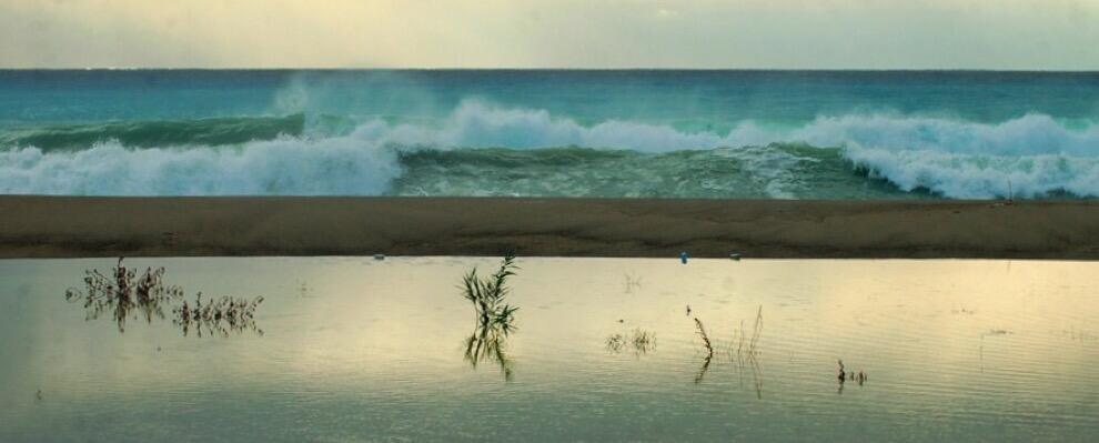 Suggestiva immagine del mare di Caulonia nei giorni di pioggia