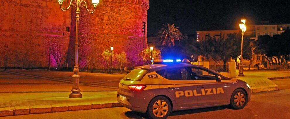 Forzano di notte l'ingresso del Castello Aragonese, due reggini catturati dalle volanti