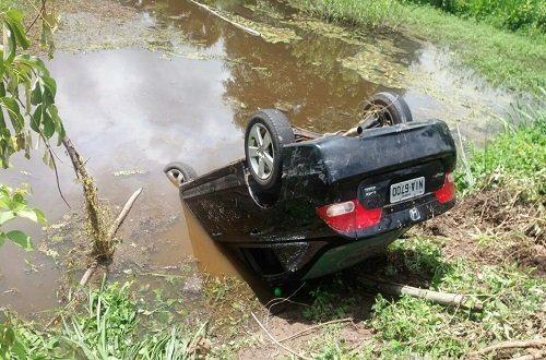 Duas pessoas morrem após carro capotar na madrugada deste domingo