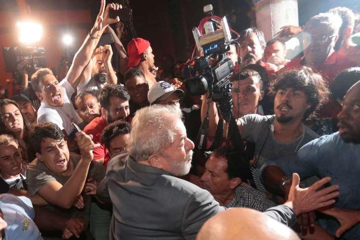 Lula se entrega e é preso pela Polícia Federal em São Bernardo