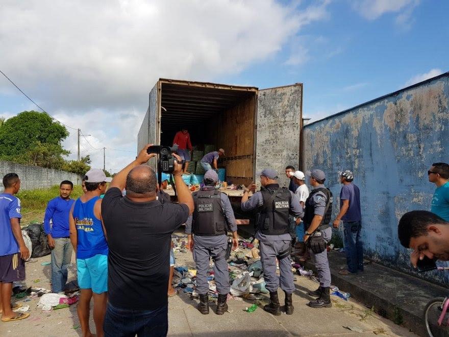 CONTRABANDO! Polícia apreende 3 caminhões e 1 uma barca abarrotados de produtos contrabandeados em Carutapera