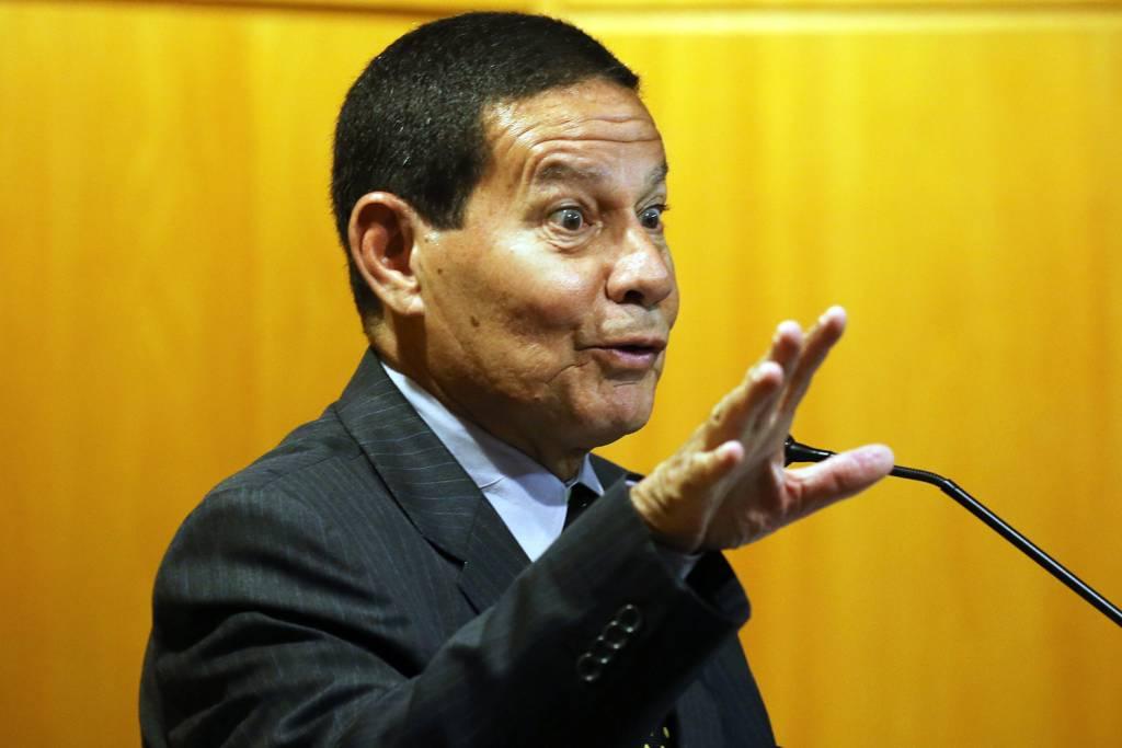 Vice de Bolsonaro, General Mourão, critica 13º salário e férias