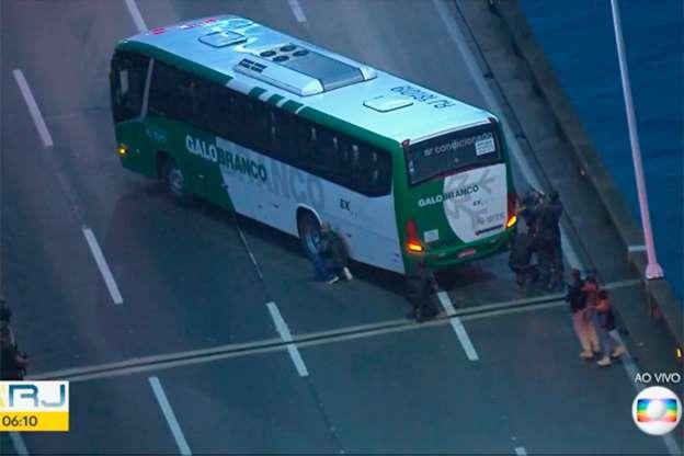 Sequestrador de ônibus na Ponte Rio-Niterói é morto pela polícia do Rio