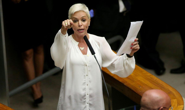 Ex-deputada Cristiane Brasil se entrega à polícia