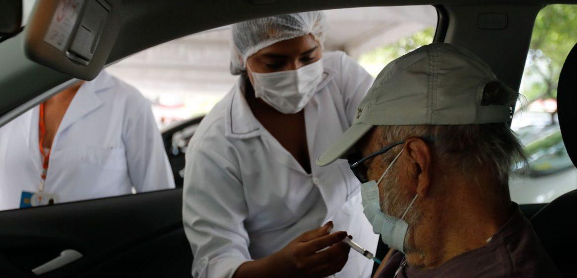 Vacinação reduz pela metade morte entre idosos com mais de 80 anos