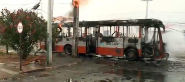 Ônibus é tomado por chamas em São Luís