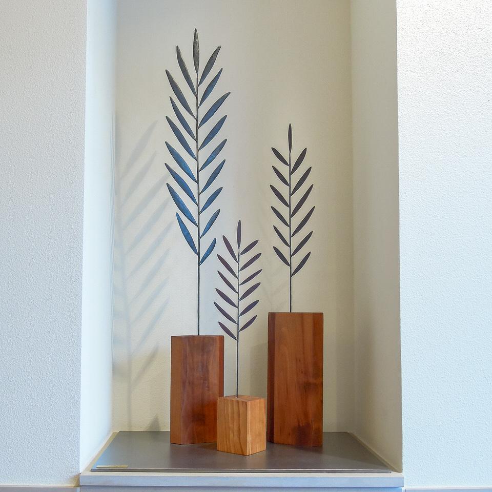 エレガンスヤシの葉をデフォルメして、風が葉をすり抜けるイメージをカタチにした鉄アートオブジェ。ベースは木です。