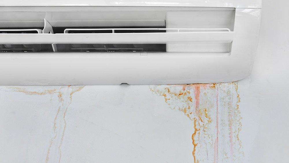 Problemas de ar condicionado, como vazamentos de água, significam manutenção.