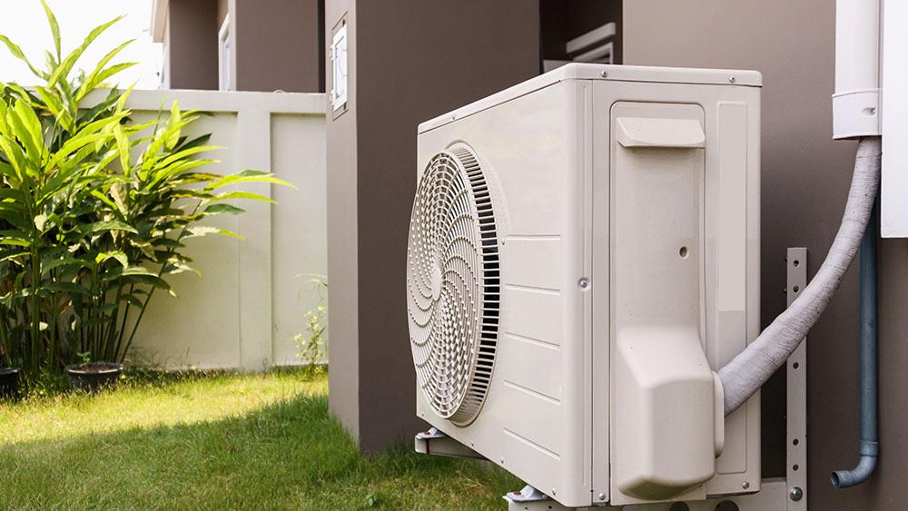 Vazamentos de água na unidade de ar condicionado externa.