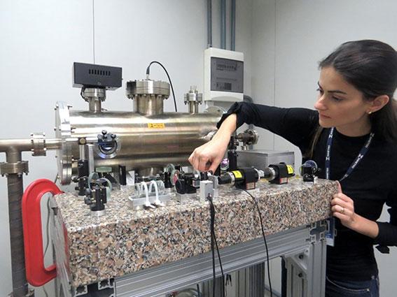 d173191016c Pesquisadora Muriel regulando o relógio atômico de feixe térmico do  laboratório de Divisão de Metrologia em Tecnologia da Informação e  Telecomunicações ...