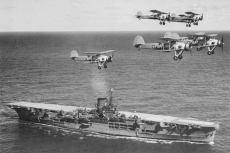 Aviones Swordfish volando sobre el HMS Ark Royal