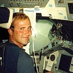 Thad Roberts en un simulador de vuelo