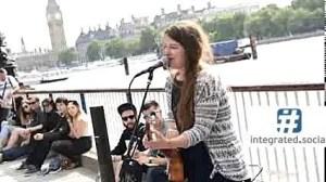 Cantante callejero, inmigración
