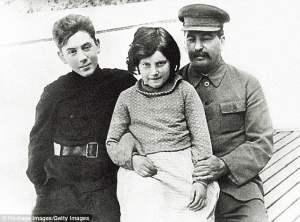 Hijos de Genocida, Yakov, Vasily y Svetlana Stalin.