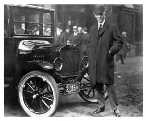 Henry Ford con uno de sus Modelo T, en 1919.