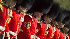 Por qué los guardias ingleses usan esos sombreros tan altos.