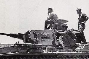 Rommel sentado sobre uno de sus panzers