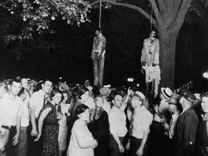 Dos hambres negros ahorcados por el KKK.