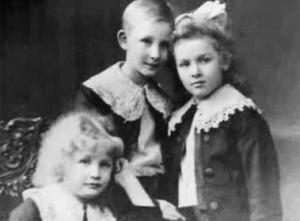 Heydrich con dos de sus hermanas