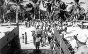 Algunos de los pobladores de Bikini siendo evacuados