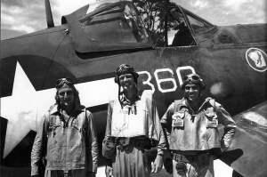 Lindbergh, centro, junto a un Corsair