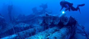 Submarinistas exploran los restos de un barco hundido en Bikini.