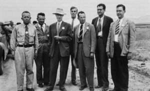 Algunos miembros del Proyecto Manhattan. Kenneth Bainbridge primero por la izquierda; Oppenheimer con sombrero.