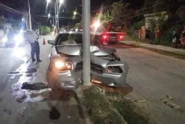 Ebrio daña su auto tras impactarse contra un poste en Chetumal