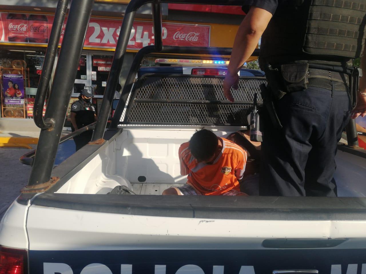 Asaltantes son detenidos y golpeados por clientes de una tienda de conveniencia