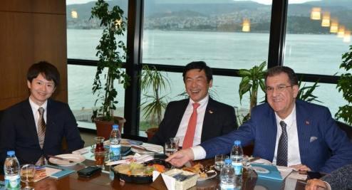 Japon Büyükelçiye suşi sürprizi Japonya'nın Türkiye Büyükelçisi Akio MIYAJIMA'ya Ege İhracatçı Birlikleri'ni ziyareti sırasında suşi ikram edildi