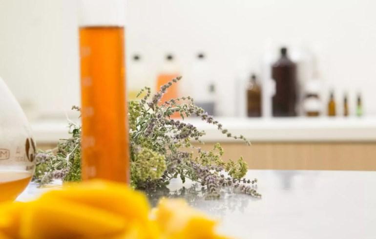 laboratuvarda kozmetik cilt bakım ürünü yapımı
