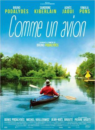 Michel, la cinquantaine, est infographiste. Passionné par l'aéropostale, il se rêve en Jean Mermoz quand il prend son scooter. Et pourtant, lui‐même n'a jamais piloté d'avion…  Un jour, il tombe en arrêt devant des photos de kayak : on dirait le fuselage d'un avion. C'est le coup de foudre. En cachette de sa femme, il achète un kayak à monter soi‐même et tout le matériel qui va avec. Michel part enfin sur une jolie rivière inconnue. Il fait une première escale et découvre une guinguette installée le long de la rive.  Il sympathise avec tout ce petit monde, installe sa tente pour une nuit près de la buvette et, le lendemain, a finalement beaucoup de mal à quitter les lieux…  Film français de Bruno Podalydès, sorti en France le 10 juin 2015, avec Bruno Podalydès, Agnès Jaoui, Sandrine Kiberlain et Vimala Pons.