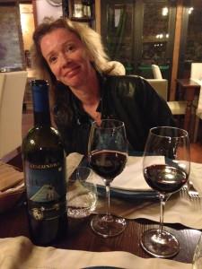 Sandra Savaglio con il vino Cenerentola