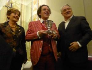 Philippe Daverio con la coppa di Pitagora di Gerardo Sacco