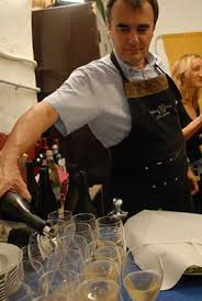 Carlo Pietrasanta serve i vini di San Colmbano