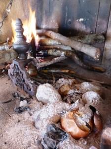 patate e cipolle sotto la cenere