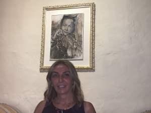 Elisabetta-Rogai-davanti-all'opera-DiVinità-di Elisabetta-Rogai