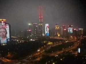 Shenzhen sui grattacieli i volti dei medici