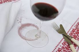 macchie-di-vino-sulla-tovaglia