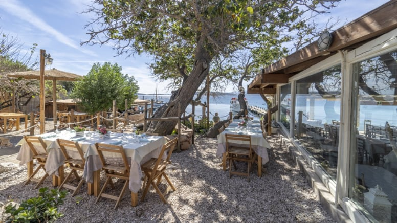 tavoli da pranzo all'esterno del ristorante Da Tonino sull'Isola di Tavolara