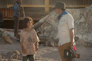 """Devin France e o diretor Benh Zeitlin no set de """"Wendy"""". Foto de Jess Pinkham. © 2019 Twentieth Century Fox Film Corporation"""
