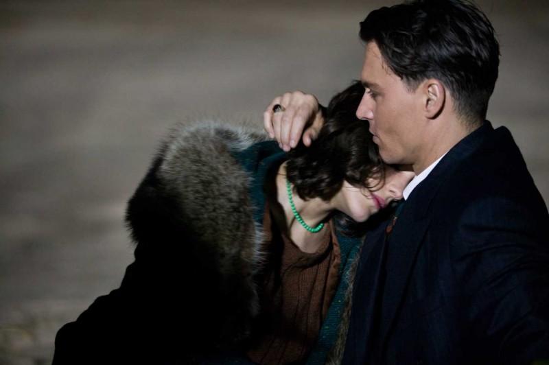 marion-cotillard-e-johnny-depp-in-una-romantica-immagine-del-film-nemico-pubblico