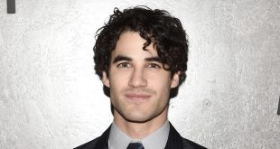 Flash/Supergirl : Le crossover musical accueille Darren Criss comme grand méchant