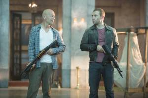 Bruce Willis e Jai Courtney in Die Hard - Un buon giorno per morire