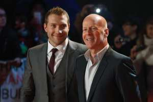 Jai Courtney e Bruce Willis | © JUSTIN TALLIS/AFP/Getty Images