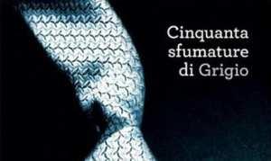 La copertina italiana di Cinquanta sfumature di grigio, best seller di E.L. James