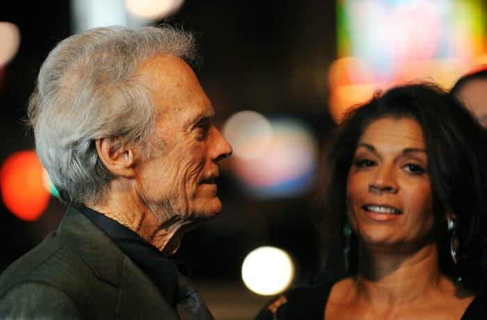 Clint Eastwood e Dina Ruiz | © ROBYN BECK / Getty Images