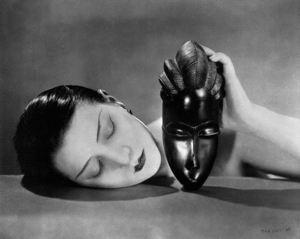 Bianco e nero, foto di Man Ray che ritrae Kiki de Montparnasse con una maschera africana